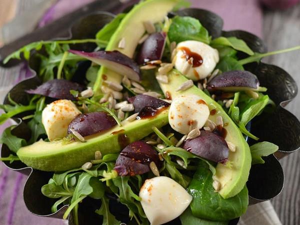 Salade : Avocat, mozzarella, radis et roquette