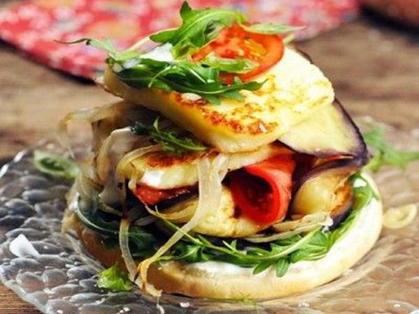 Veggie burger au salakis grillis et aux légumes grillés
