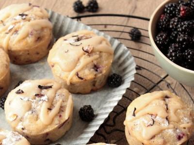 Muffins aux mûres, fleurs d'hibiscus et glaçage au citron