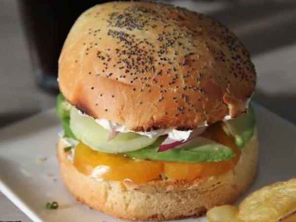 Burger végétarien à l'avocat et au concombre